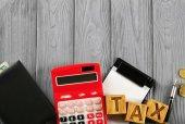 Fotografie Dřevěné kostky s slovo daň