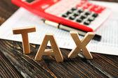 Slovo daň a kalkulačka