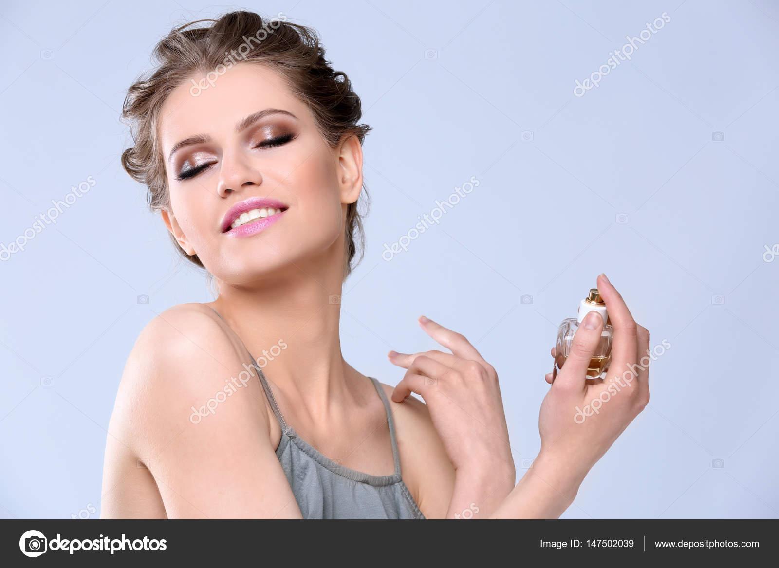 belle jeune femme avec une bouteille de parfum photographie belchonock 147502039. Black Bedroom Furniture Sets. Home Design Ideas
