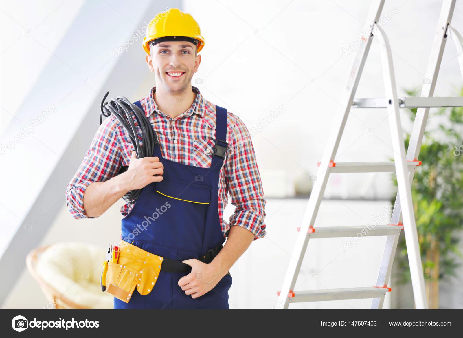 Elettricista in piedi vicino a sgabello u2014 foto stock © belchonock