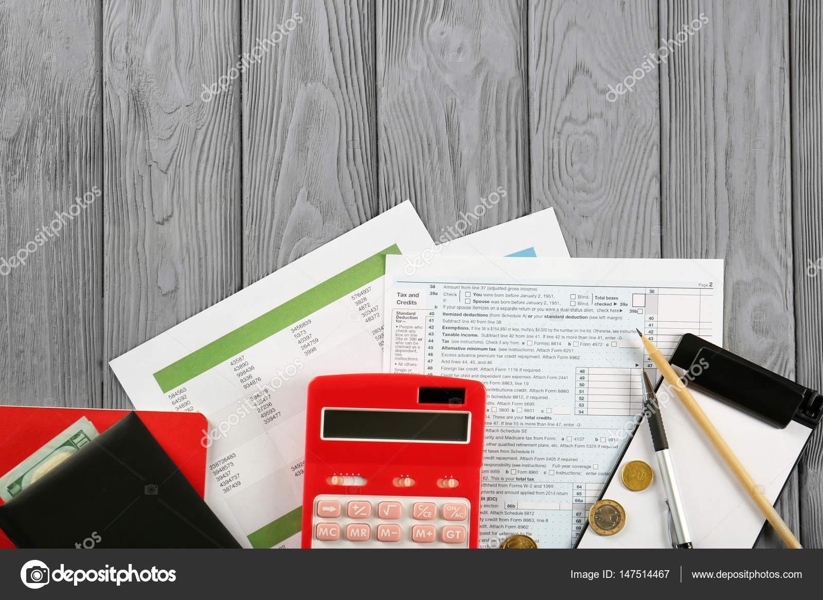 Calculadora y dinero en impuesto sobre la renta individual — Fotos ...