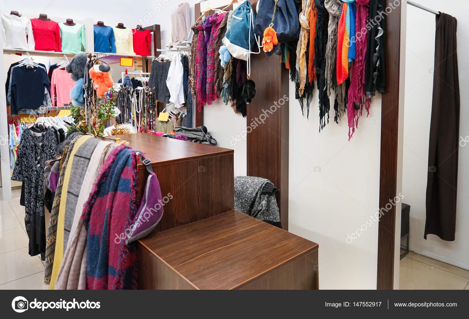 8a27d8b96c4144 kleding in moderne winkel — Stockfoto © belchonock  147552917