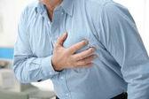 Uomo anziano che soffre da attacco di cuore