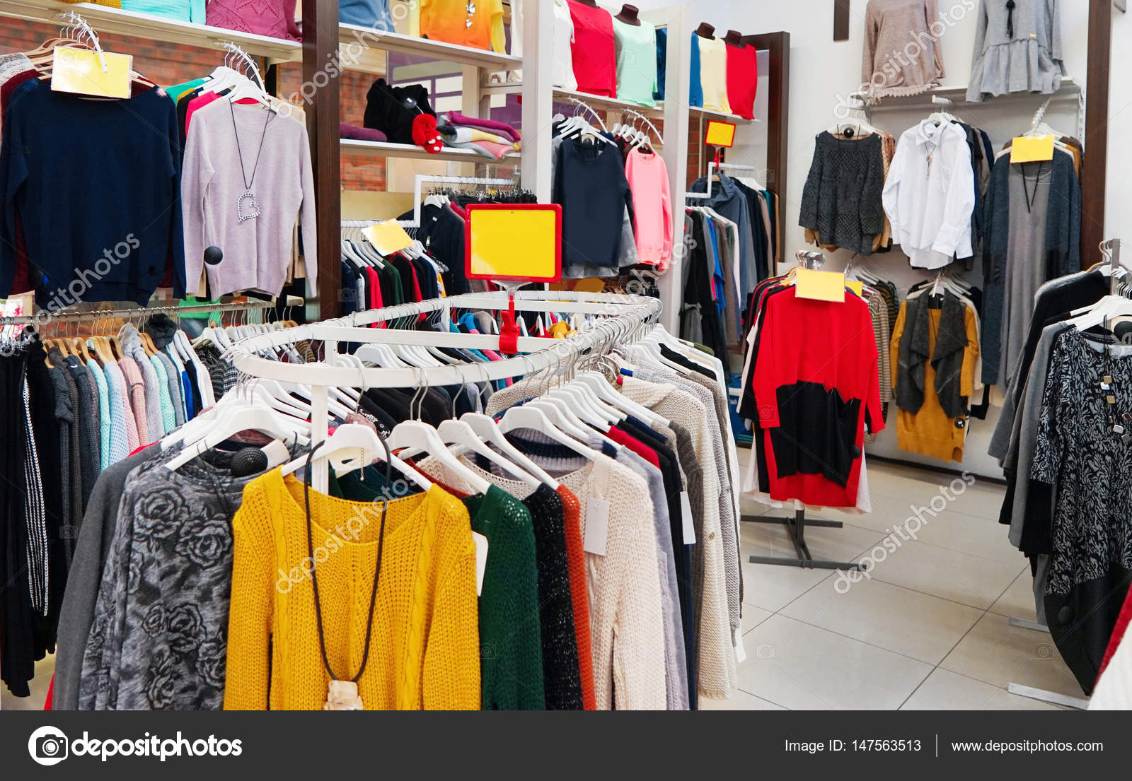 e9086bbd77a9 ρούχα σε σύγχρονη αποθήκη — Φωτογραφία Αρχείου © belchonock  147563513
