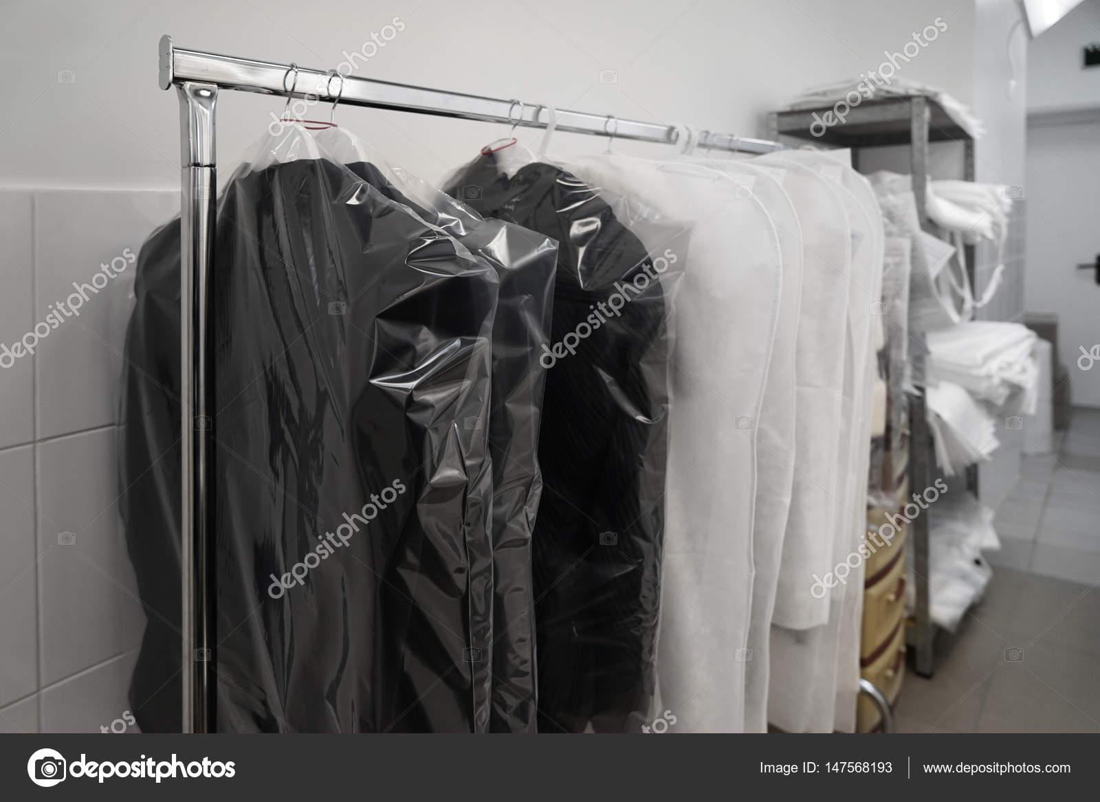 5d24448913 Καθαρά συσκευασμένα ρούχα που κρέμονται στο εργαστήρι ΚΑΘΑΡΙΣΤΗΡΙΑ– εικόνα  αρχείου