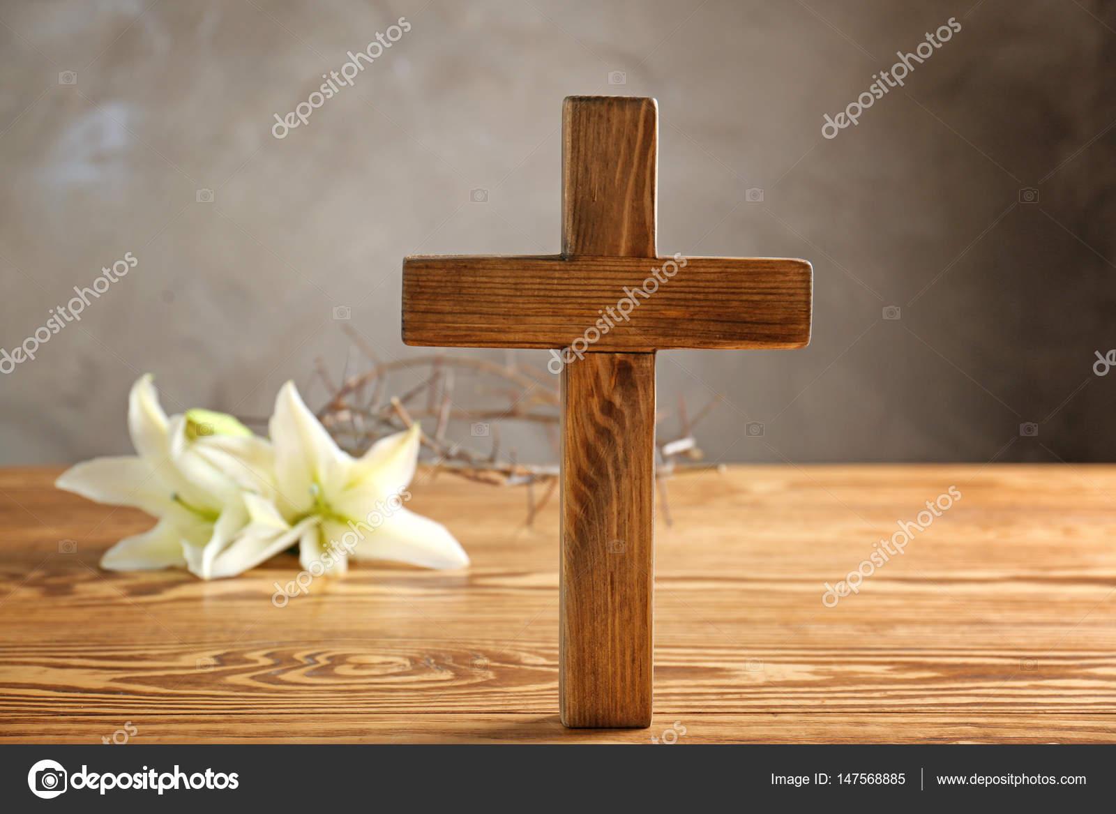 Lily y cruz de madera foto de stock belchonock 147568885 - Transferir fotos a madera ...