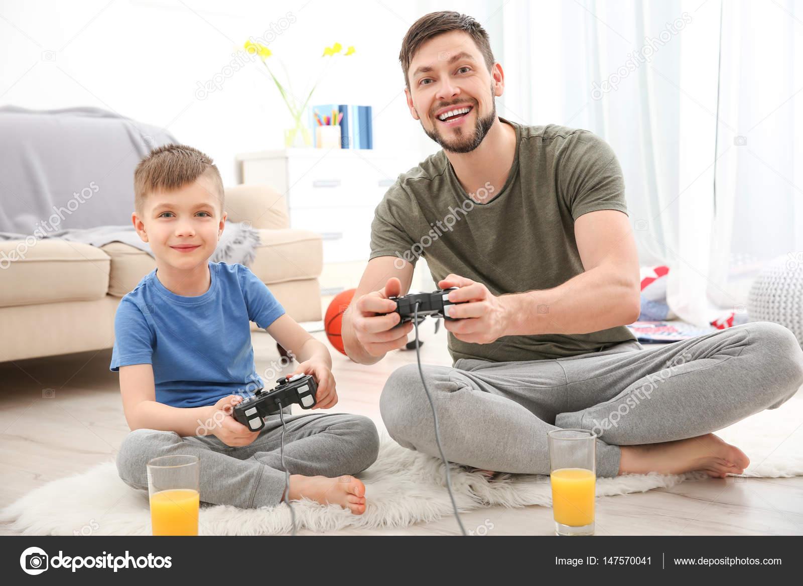 Padre E Hijo Jugando Playstation