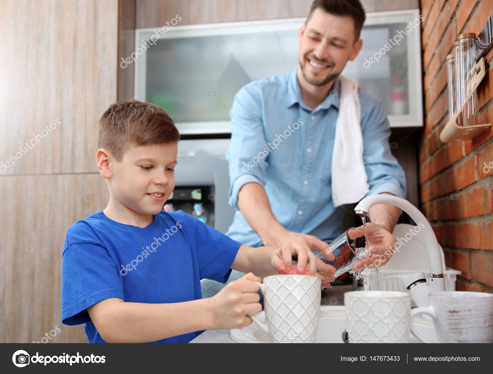 Dad and son doing the washing up in kitchen — Stock Photo ...