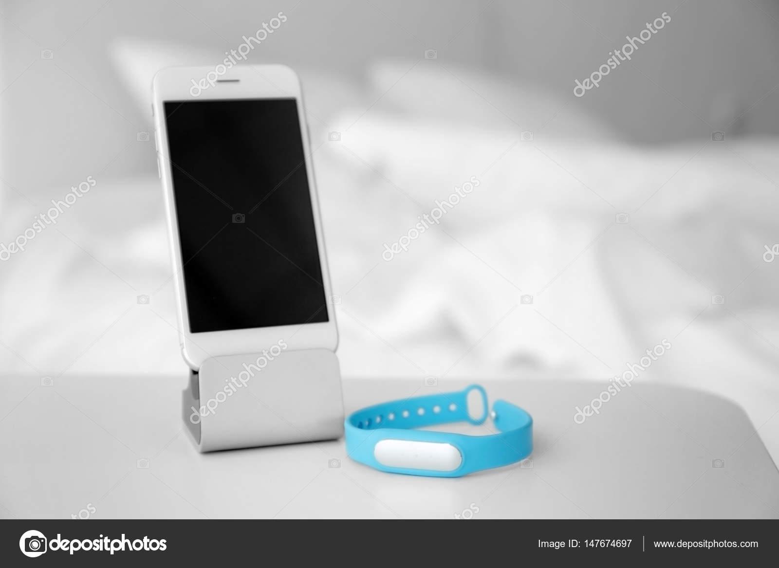 Handy- und Schlaf-Tracker auf Tisch im Schlafzimmer — Stockfoto ...