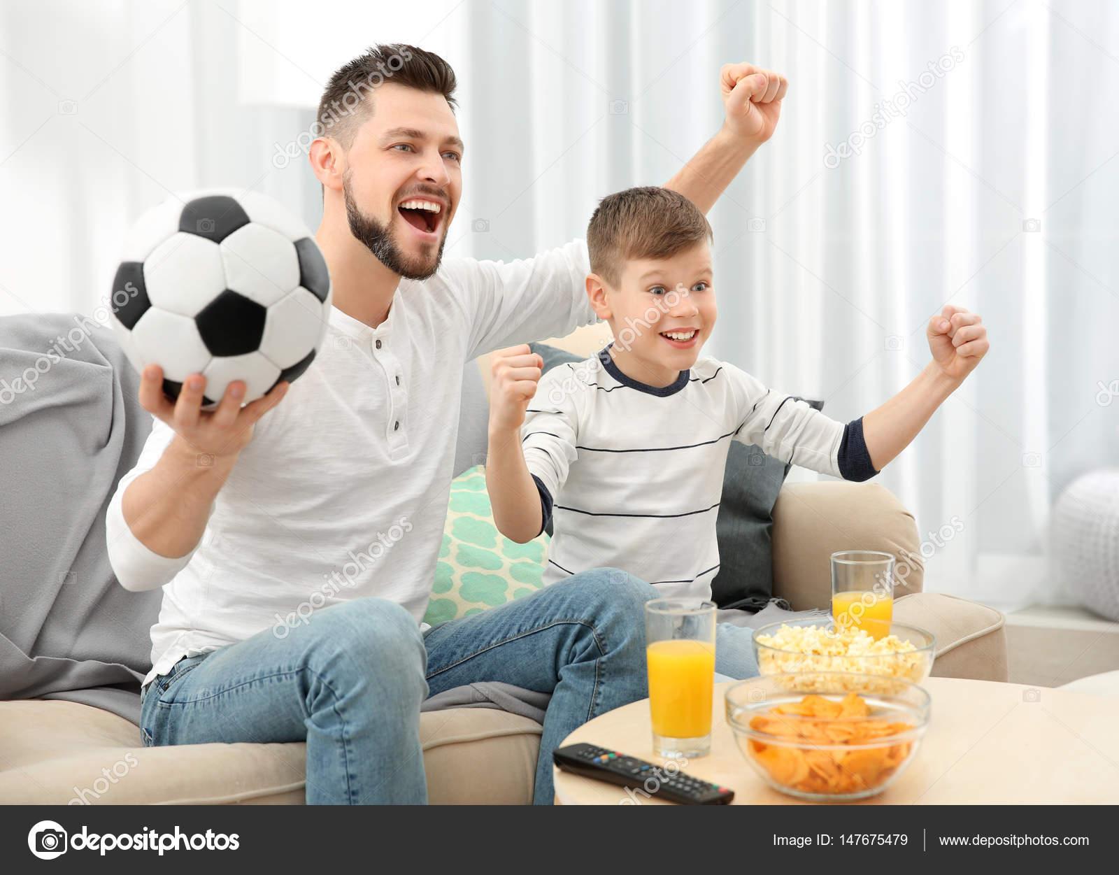 Padre E Hijo Viendo Fútbol