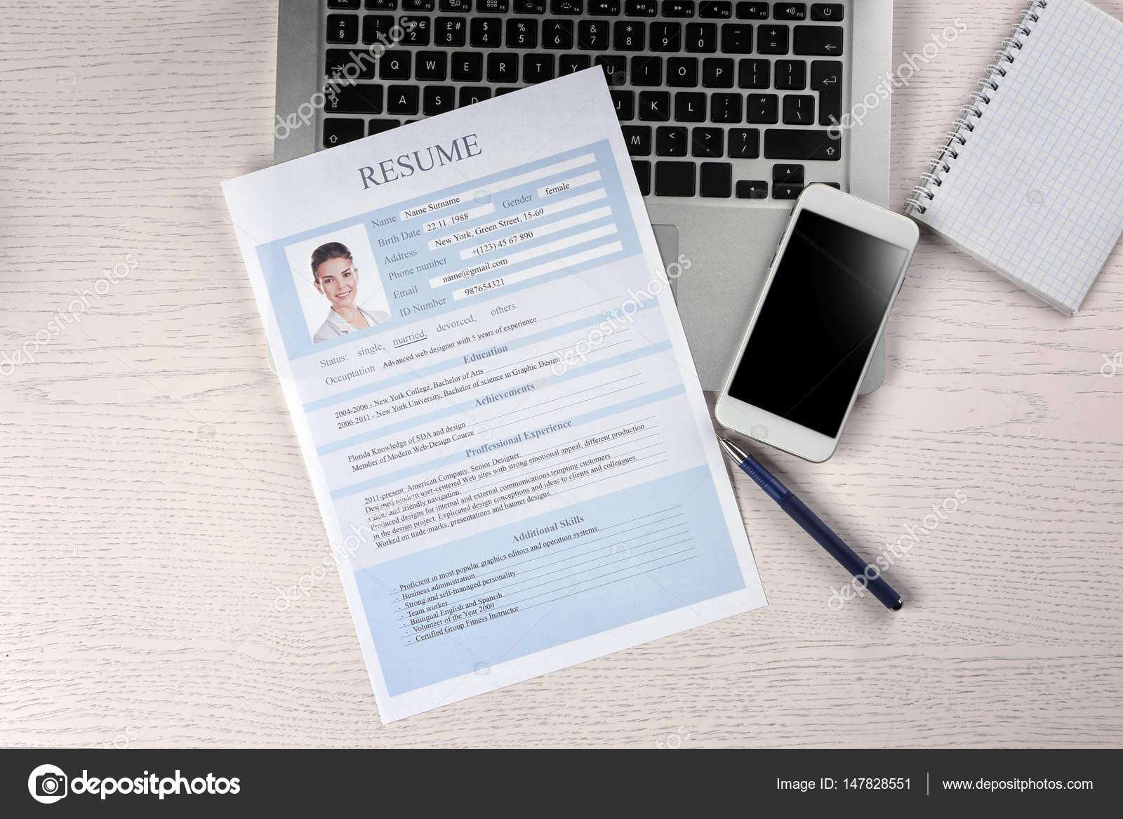 Curriculum Vitae Teléfono Ordenador Portátil Mesa Madera — Foto de ...