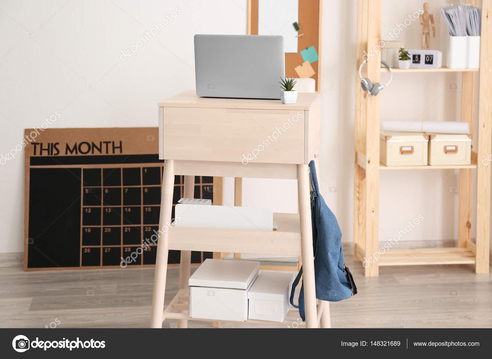 Bureau moderne de stand up avec ordinateur portable u photographie