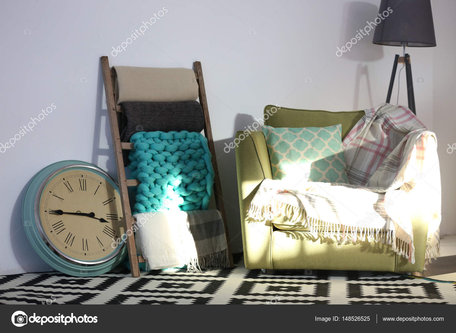 Houten Ladder Decoratie : Warme plaids op decoratieve ladder u2014 stockfoto © belchonock #148526525