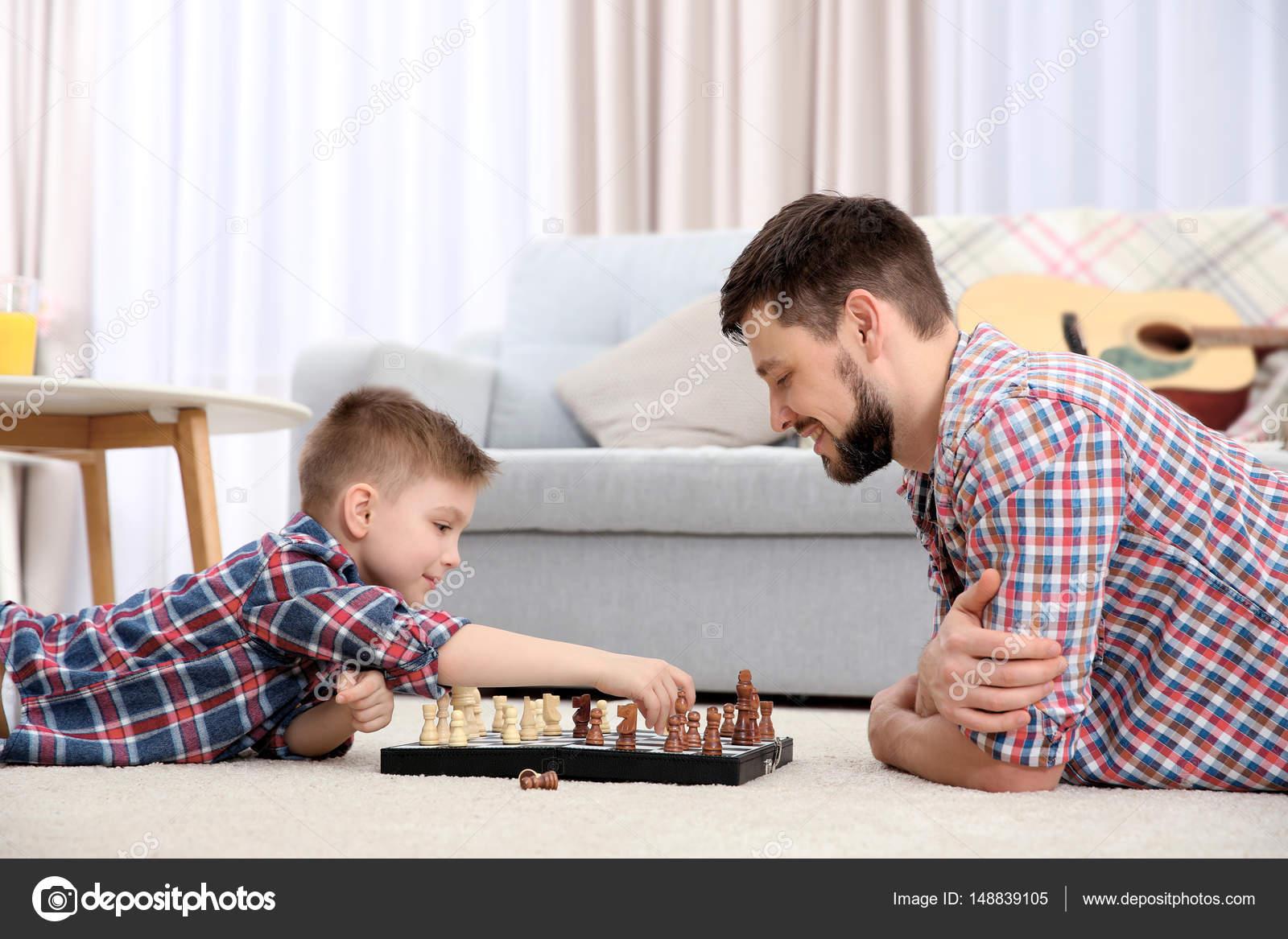 Vader en zoon schaken u2014 stockfoto © belchonock #148839105