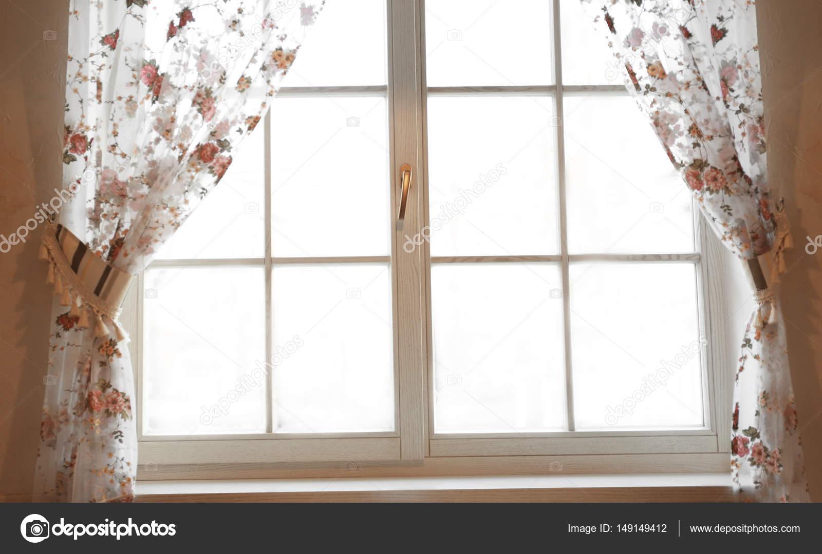 Groot houten raam met gordijnen — Stockfoto © belchonock #149149412