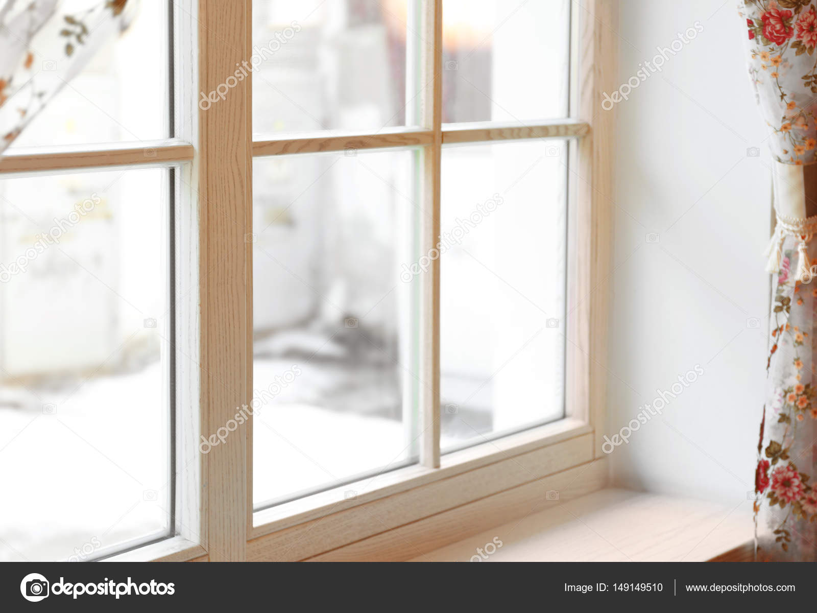 Groot houten raam met gordijnen — Stockfoto © belchonock #149149510