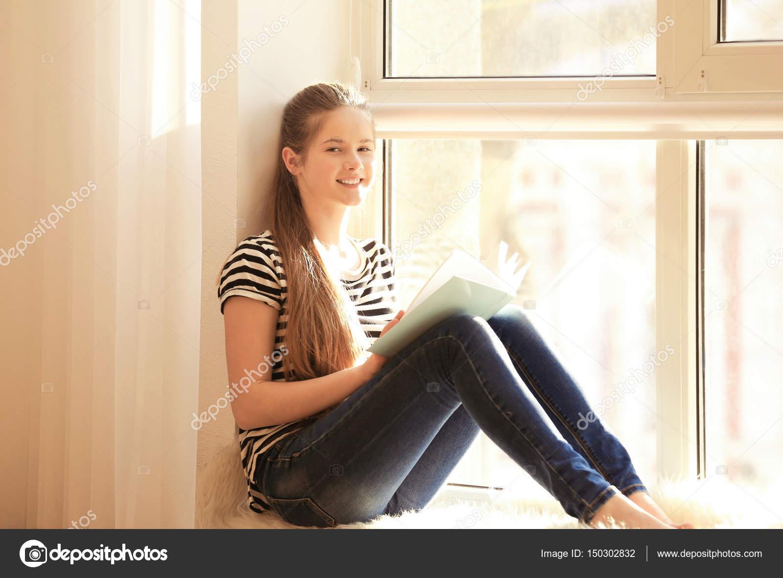 59656bcd5 Livro de leitura do adolescente bonita menina — Fotografias de Stock ...