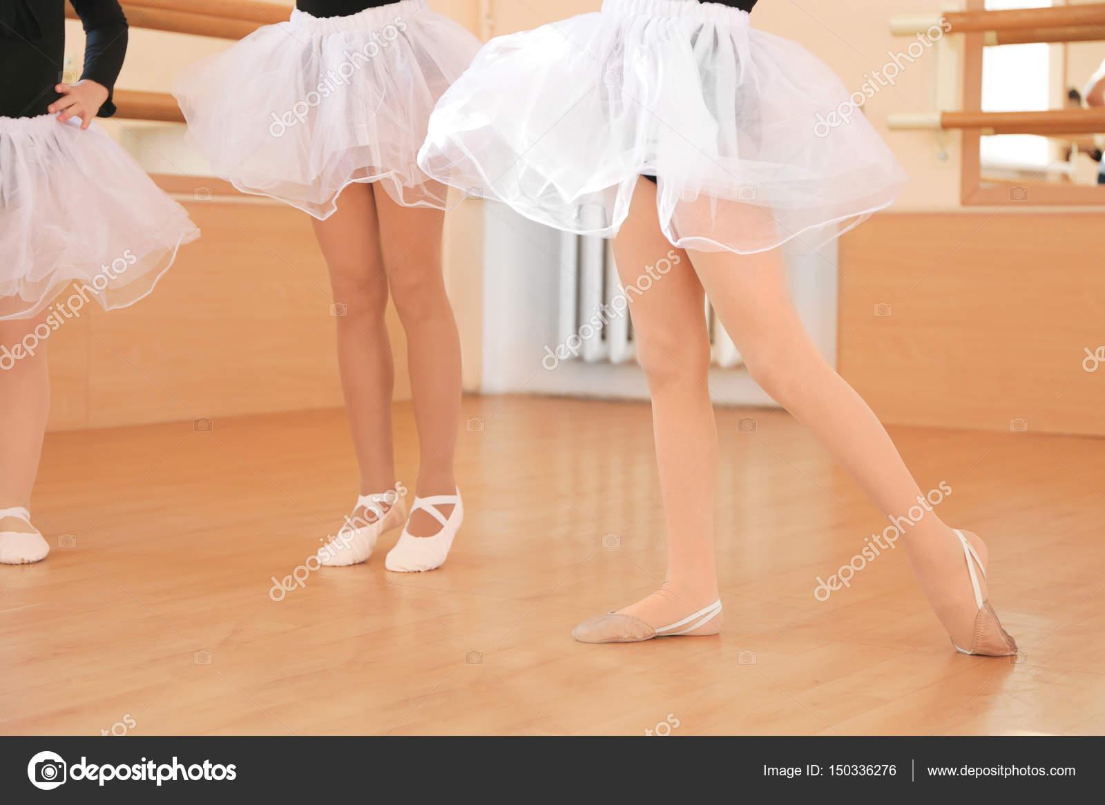 jambes de mignonnes petites filles photographie belchonock 150336276. Black Bedroom Furniture Sets. Home Design Ideas