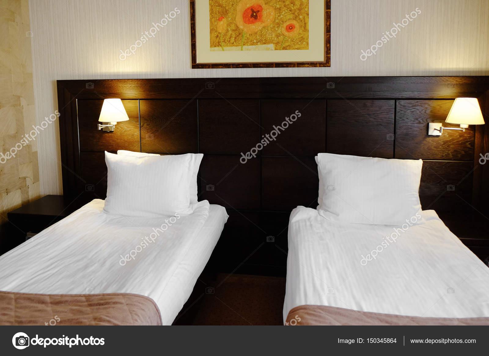 Duas Camas No Quarto De Hotel Fotografias De Stock Belchonock  ~ Quarto Com Duas Camas Com Mansões De Luxo Quarto