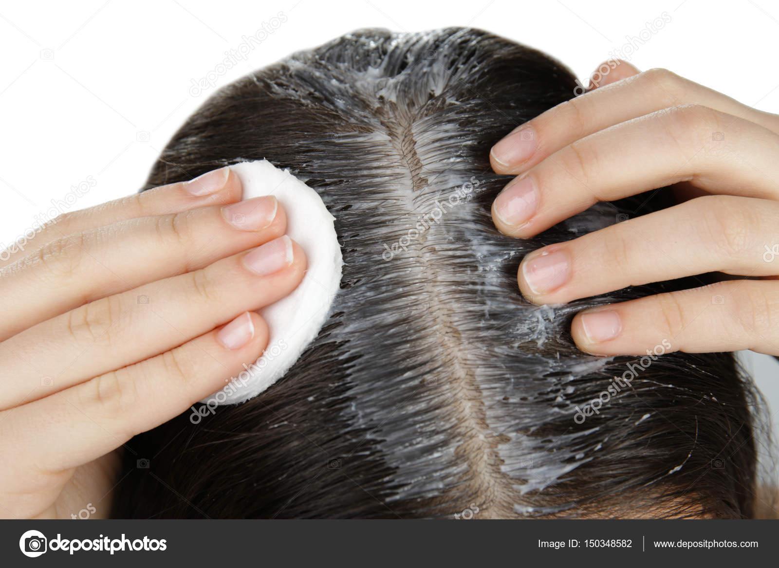 big sale sneakers for cheap look for Donna che applica l'olio di cocco sui capelli — Foto Stock ...