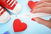 Těhotenský test v ženské ruce