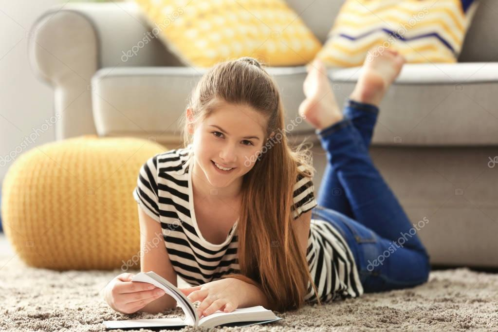 Hübsche Teenager-Mädchen-Lesebuch — Stockfoto © belchonock