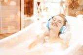 attraktive Frau entspannt sich im Bad