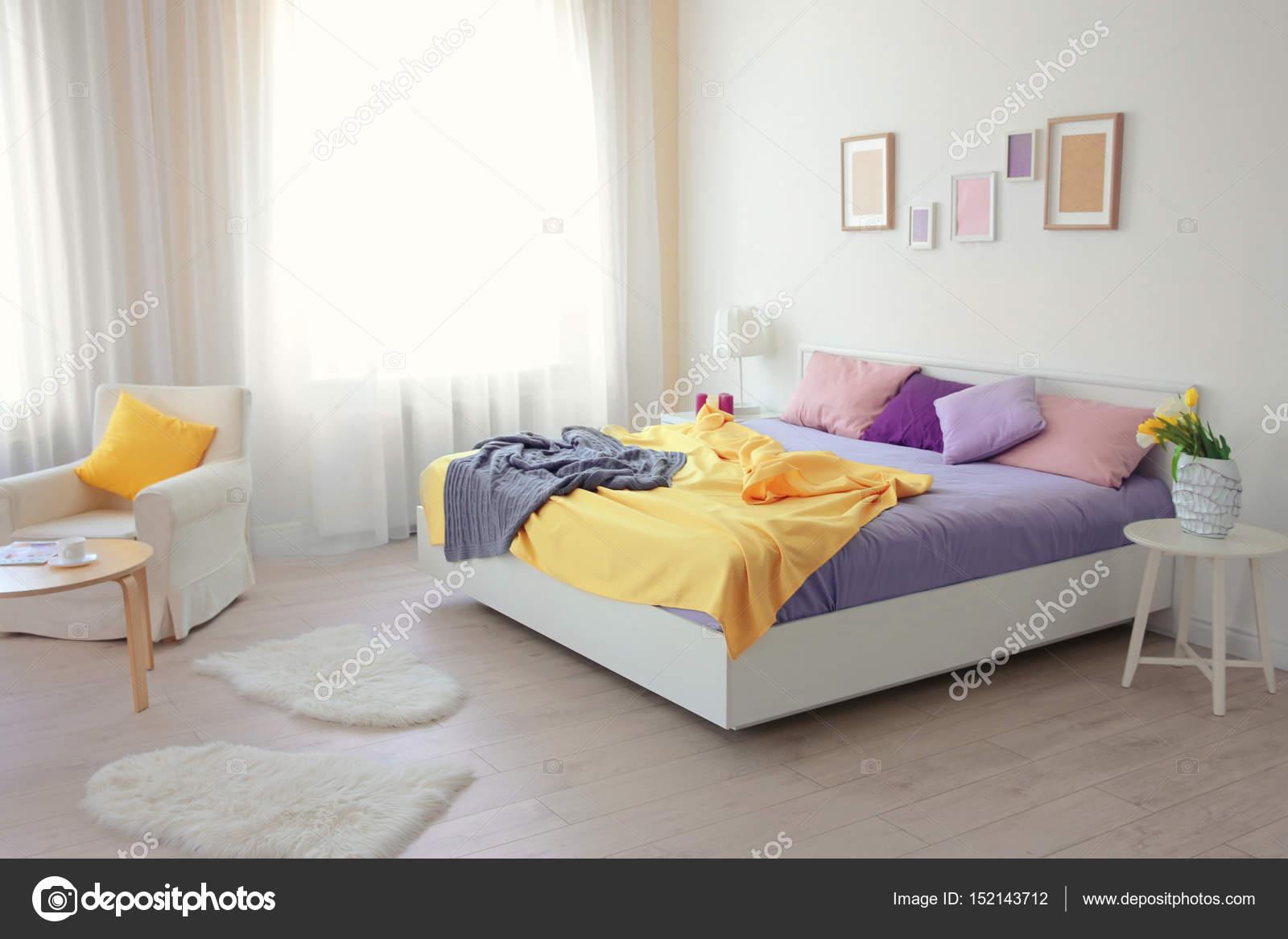Interno della camera da letto luminosa — Foto Stock ...