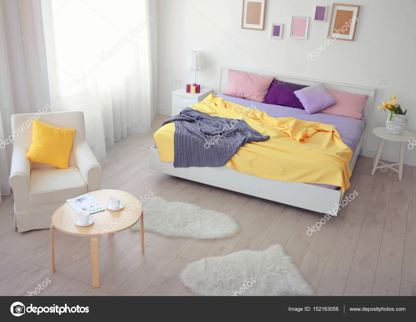 Interno della camera da letto luminosa — Foto Stock © belchonock ...