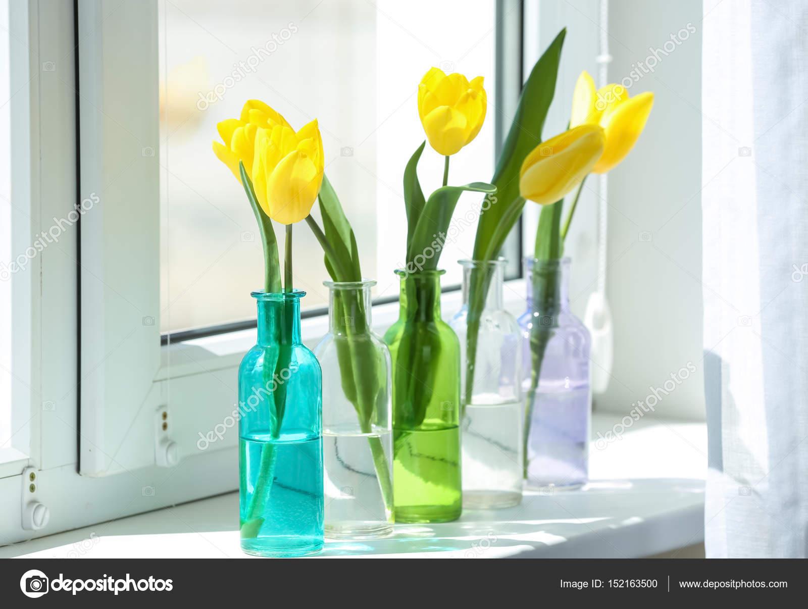 Vasi con bei tulipani u2014 foto stock © belchonock #152163500