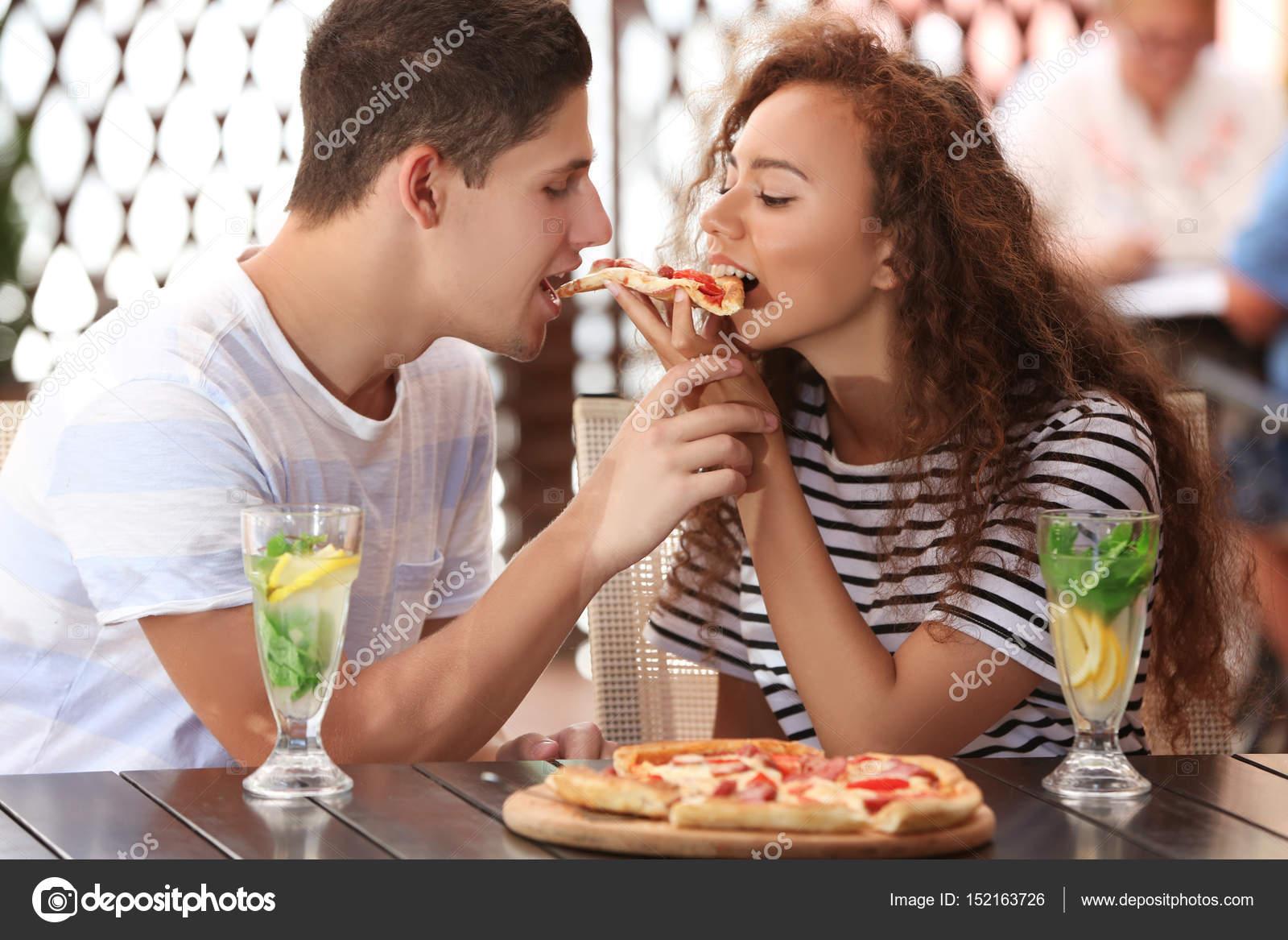 Encantadora Pareja Comiendo Pizza