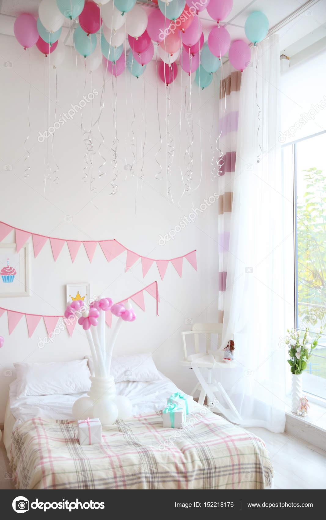 Quarto decorado para festa de anivers rio stock photo for Cuartos decorados para aniversario