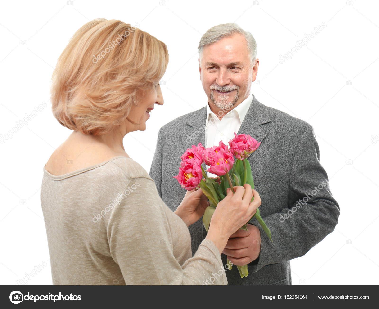 bloemen geven aan een man