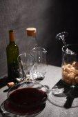 Skleněná karafa vína o