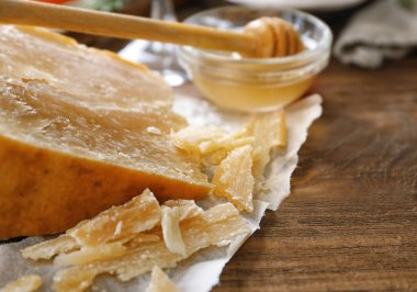 Composition with cheese and honey