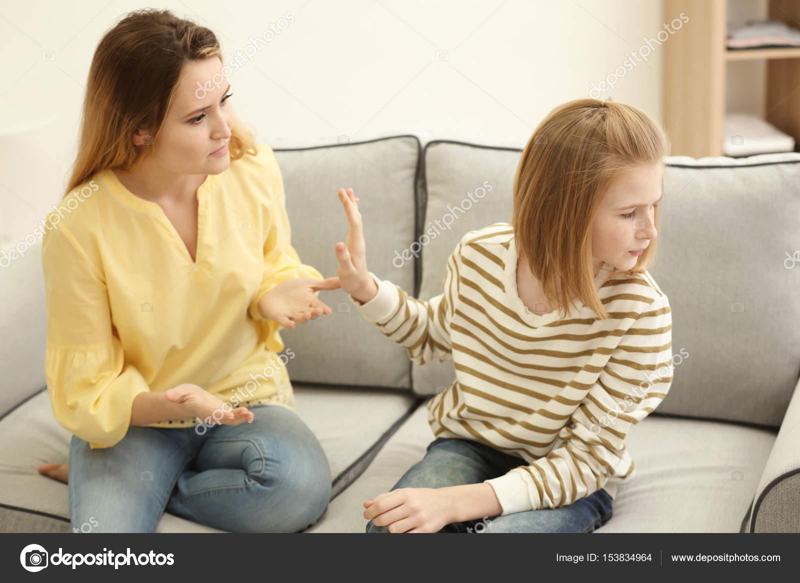 Трахает дочку и ее подругу, Отец трахнул молодую дочь вместе с подружкой 19 фотография
