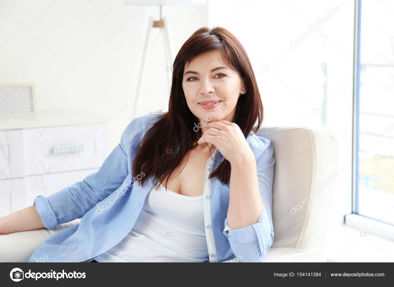 Schöne reife Frau — Stockfoto © belchonock #154141384