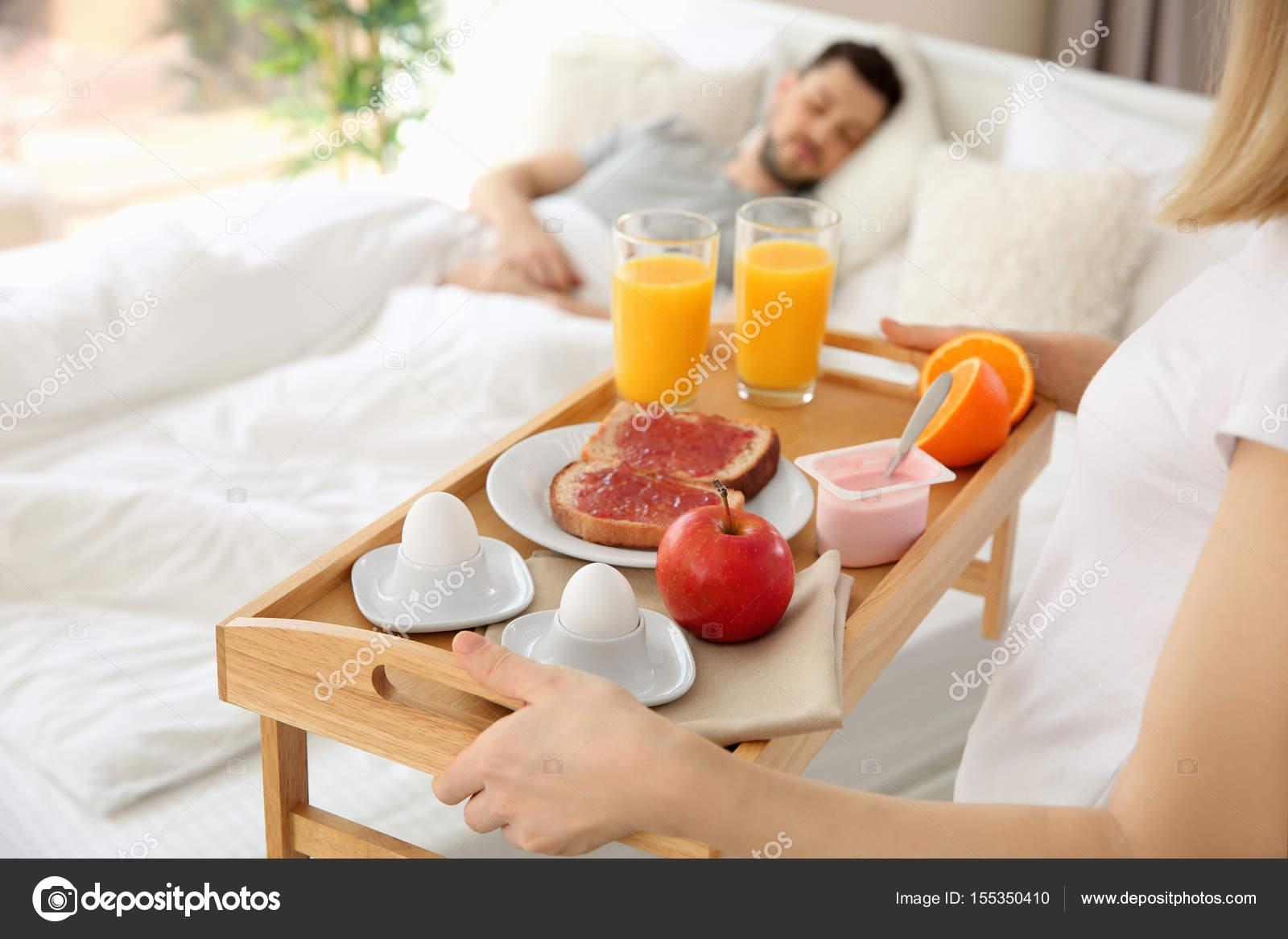 Mujer llevando la bandeja con el desayuno a la cama foto de stock belchonock 155350410 - Bandeja desayuno cama ...