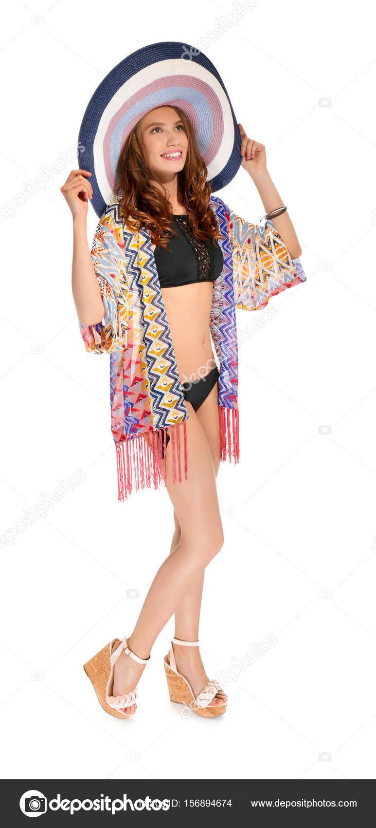 df6683505eb Hermosa mujer joven en ropa de playa sobre fondo blanco - ropa playa de  mujer — Foto de ...