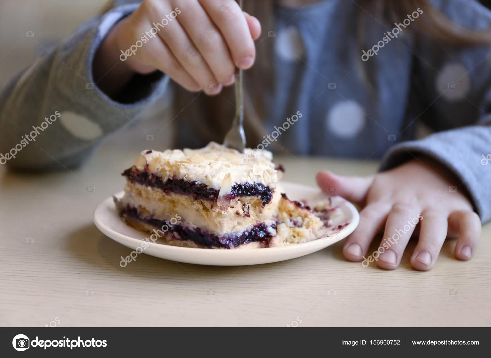 Kleines Madchen Lecker Kuchen Essen Stockfoto C Belchonock 156960752