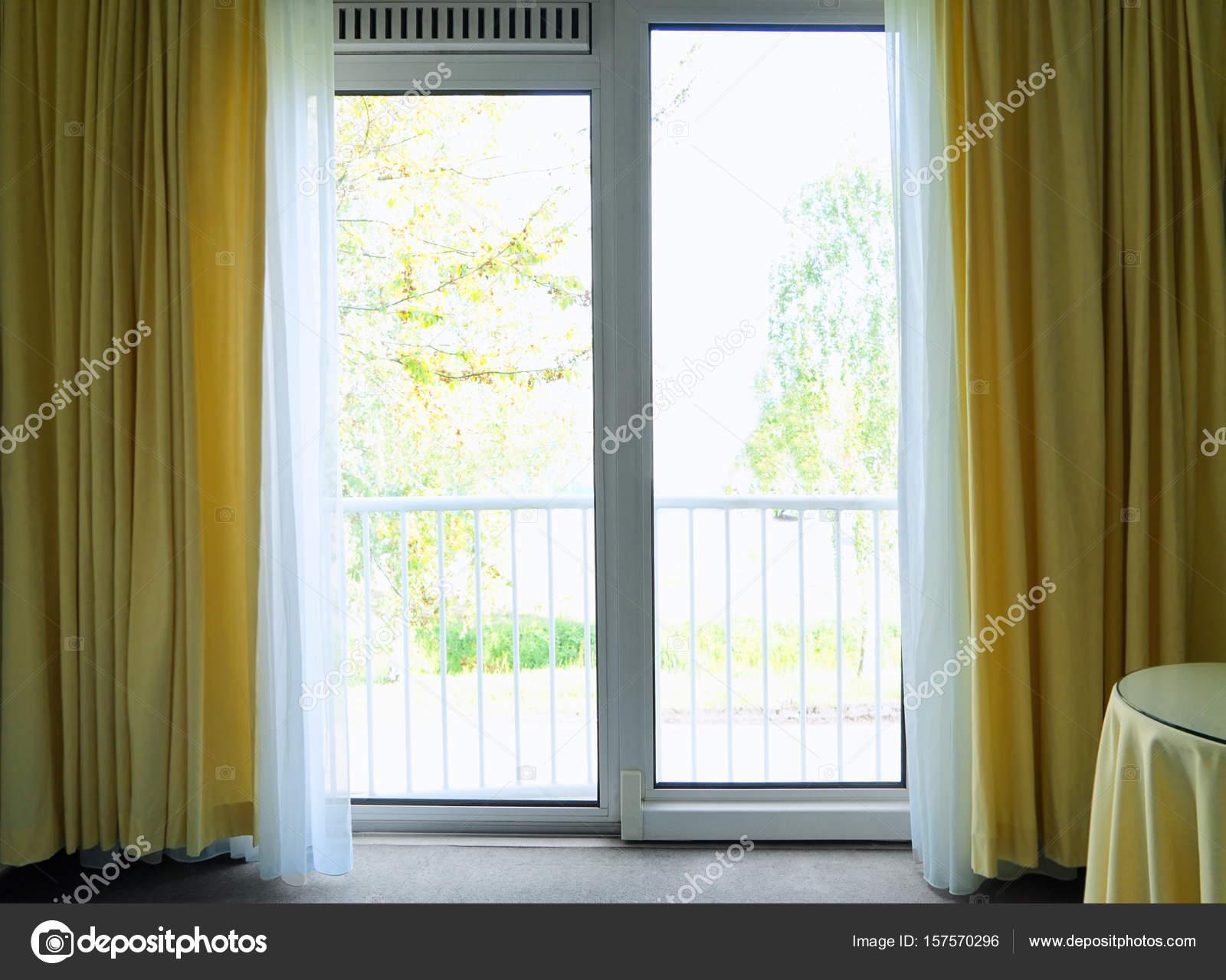 venster met mooie gordijnen stockfoto