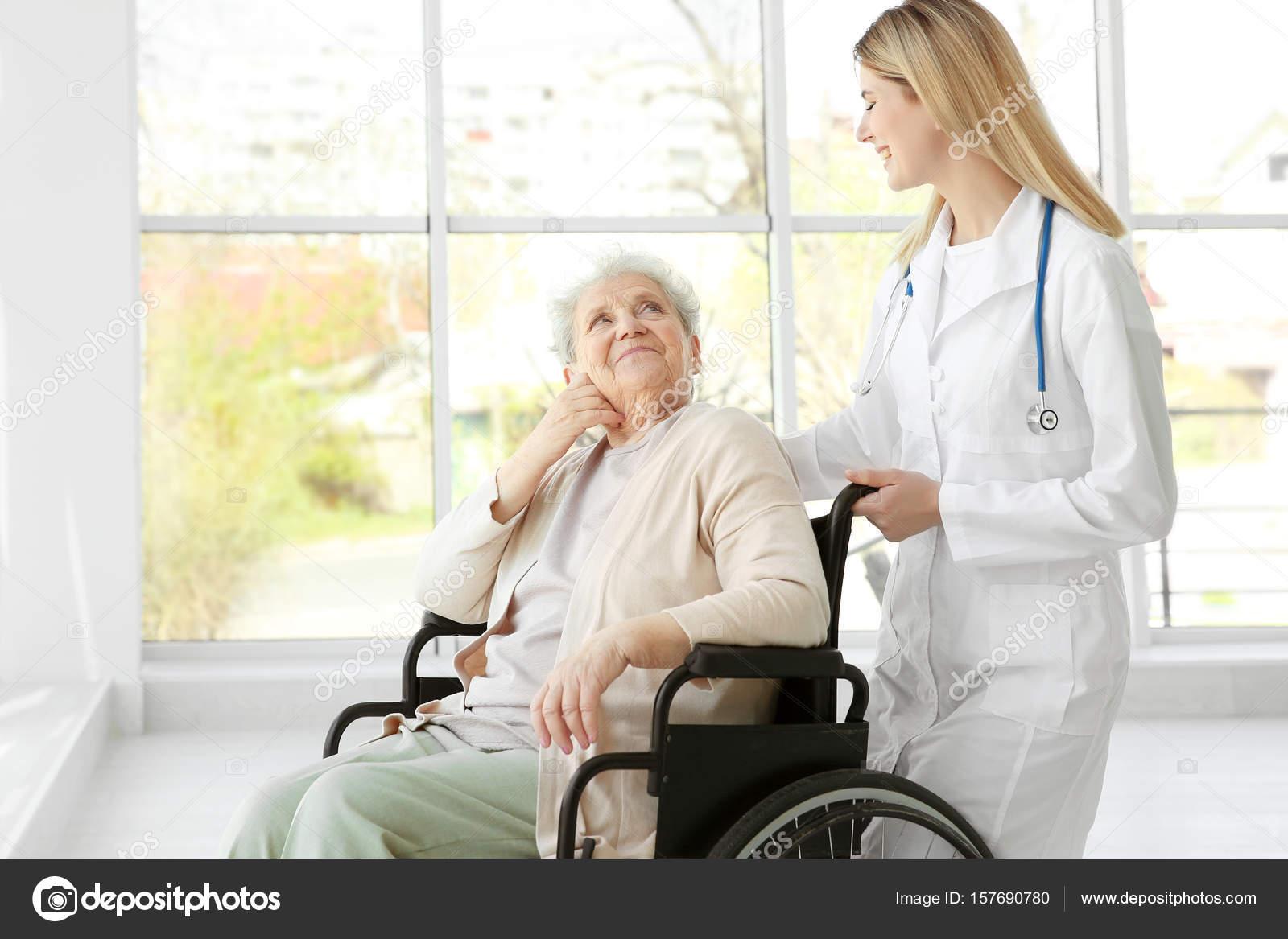 молодую пожилой медсестру трахнул