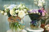 barevné květy v obchodě