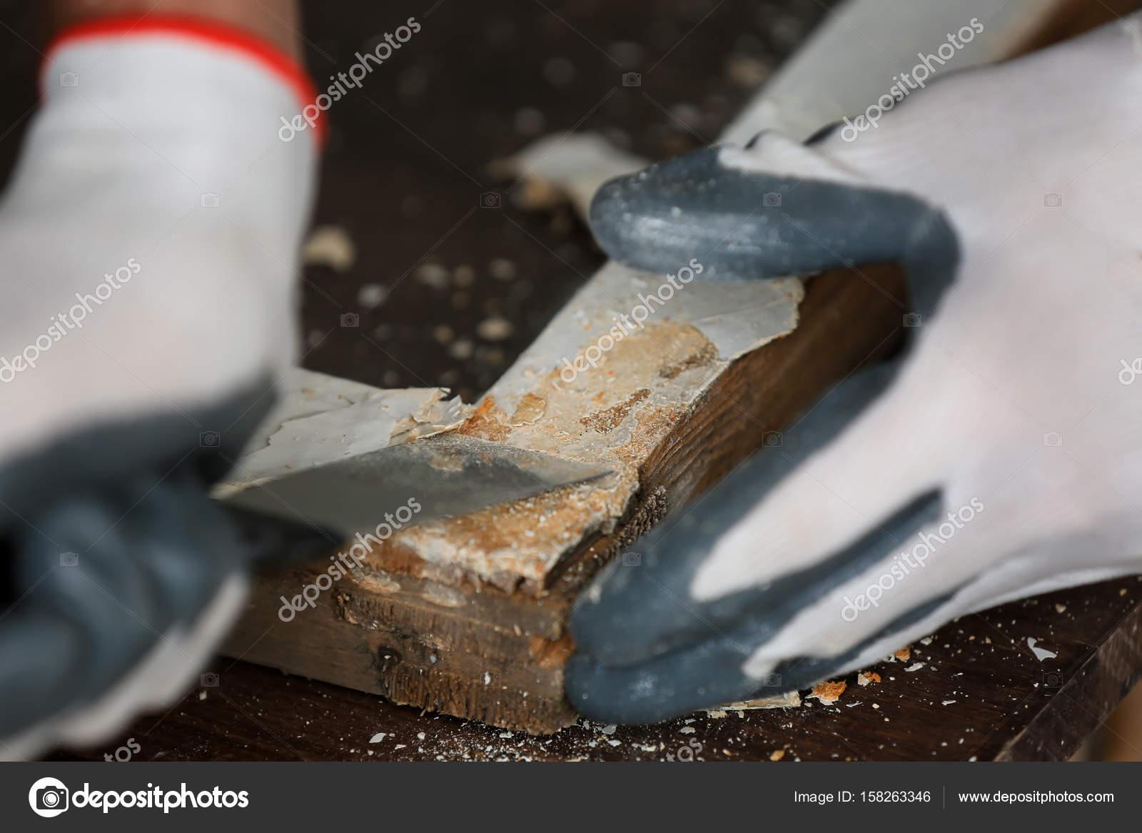 Arbeiter, die Farbe von Fensterrahmen entfernen — Stockfoto ...