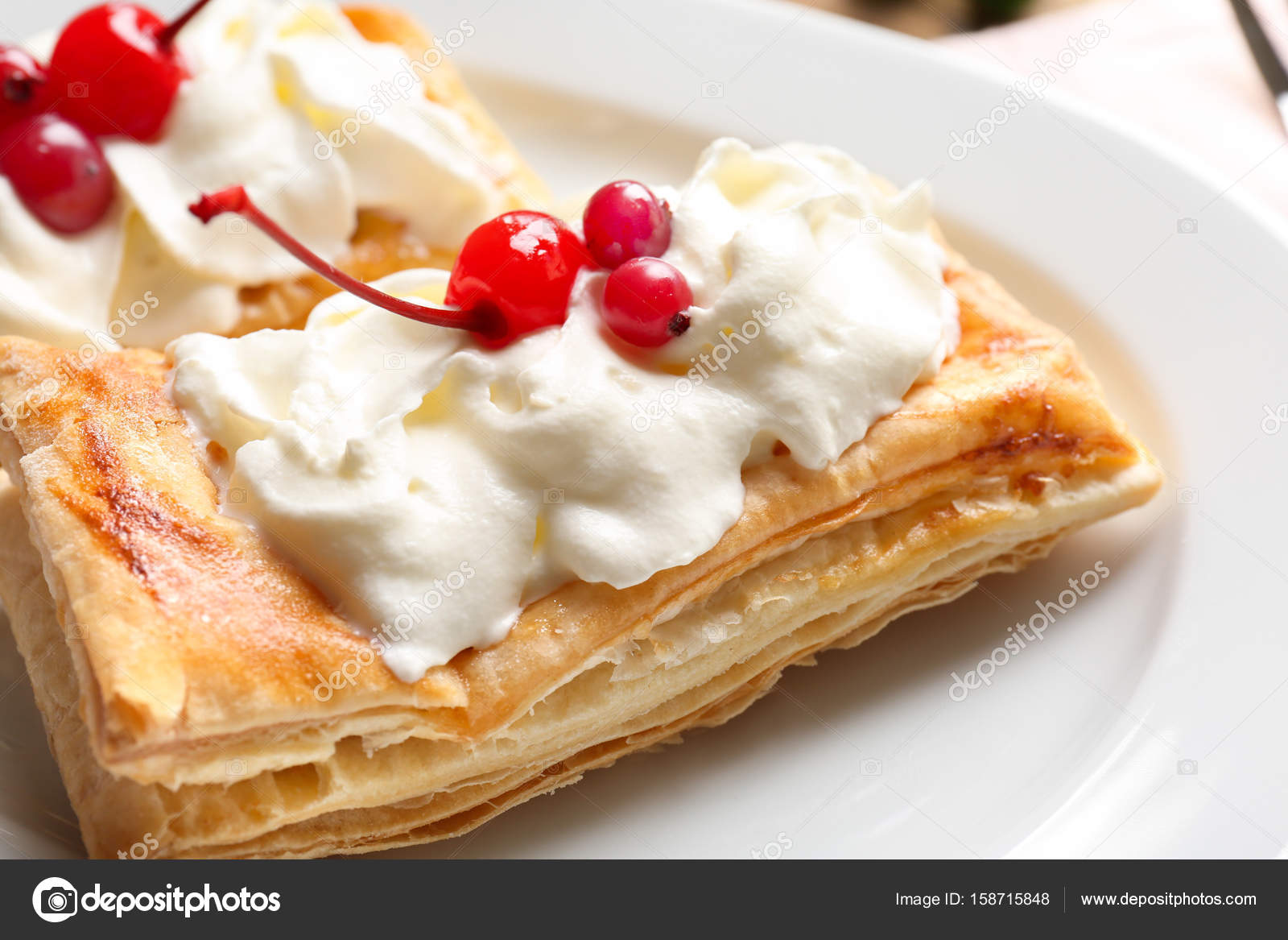 Smaczne Ciasto Francuskie Deser Z Jagodami I Bita Smietana Na