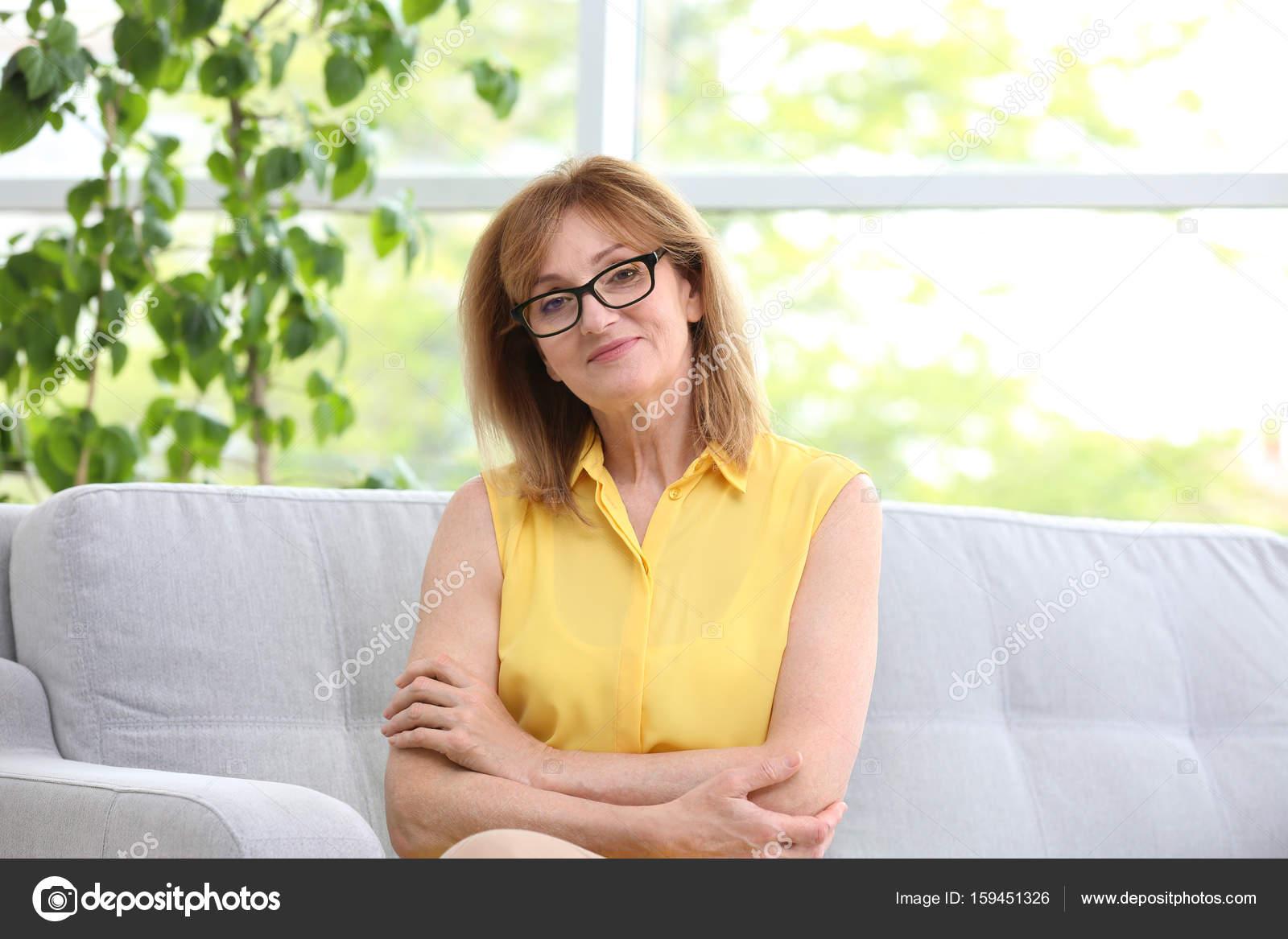 Зрелая женщина с молодым на диване жесткое молодка