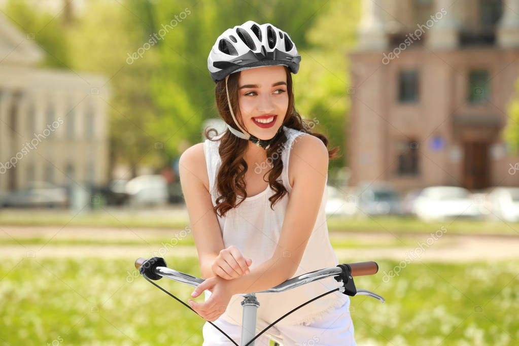 sch ne junge frau mit dem fahrrad und helm im park am. Black Bedroom Furniture Sets. Home Design Ideas