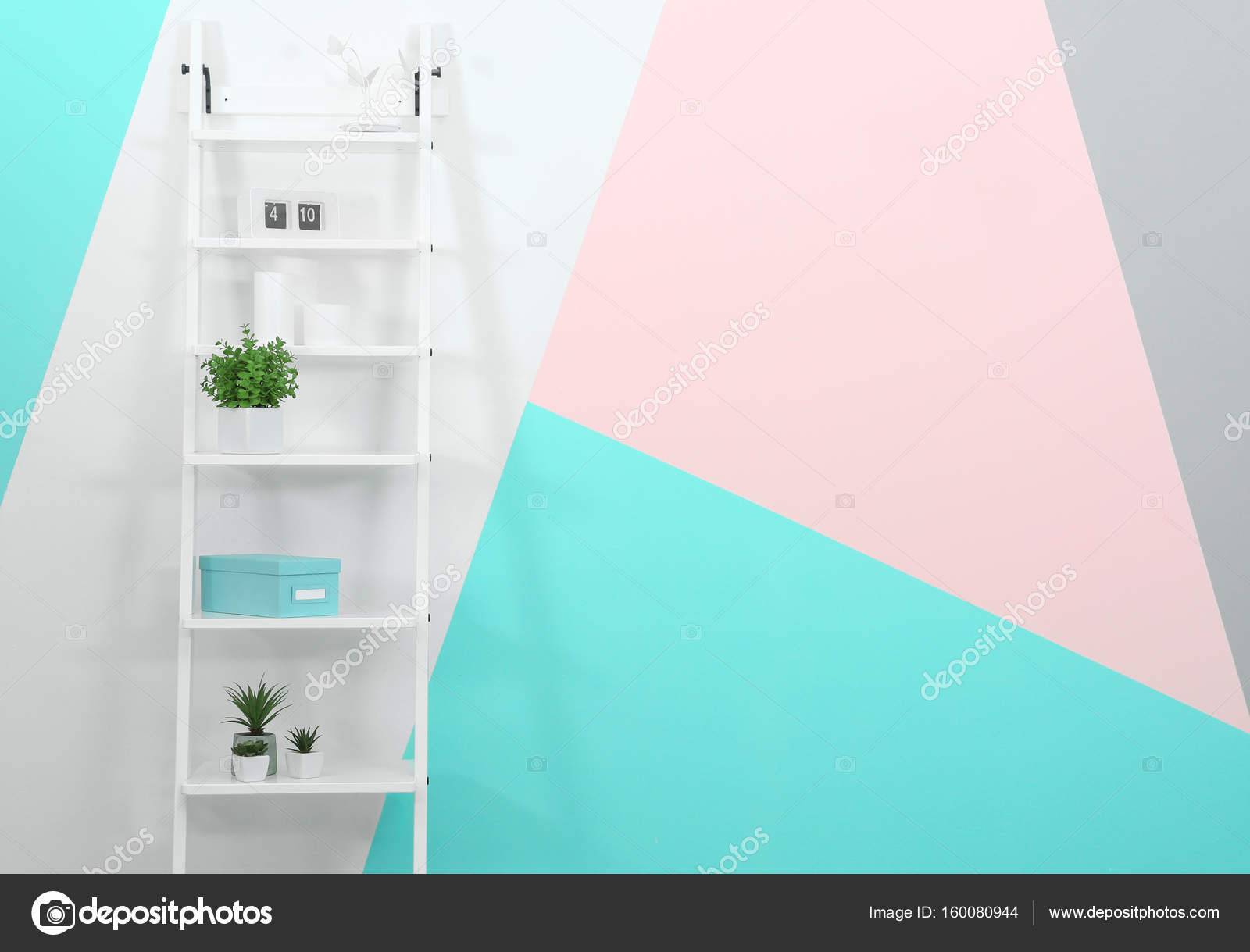 trendy witte boekenkast stockfoto