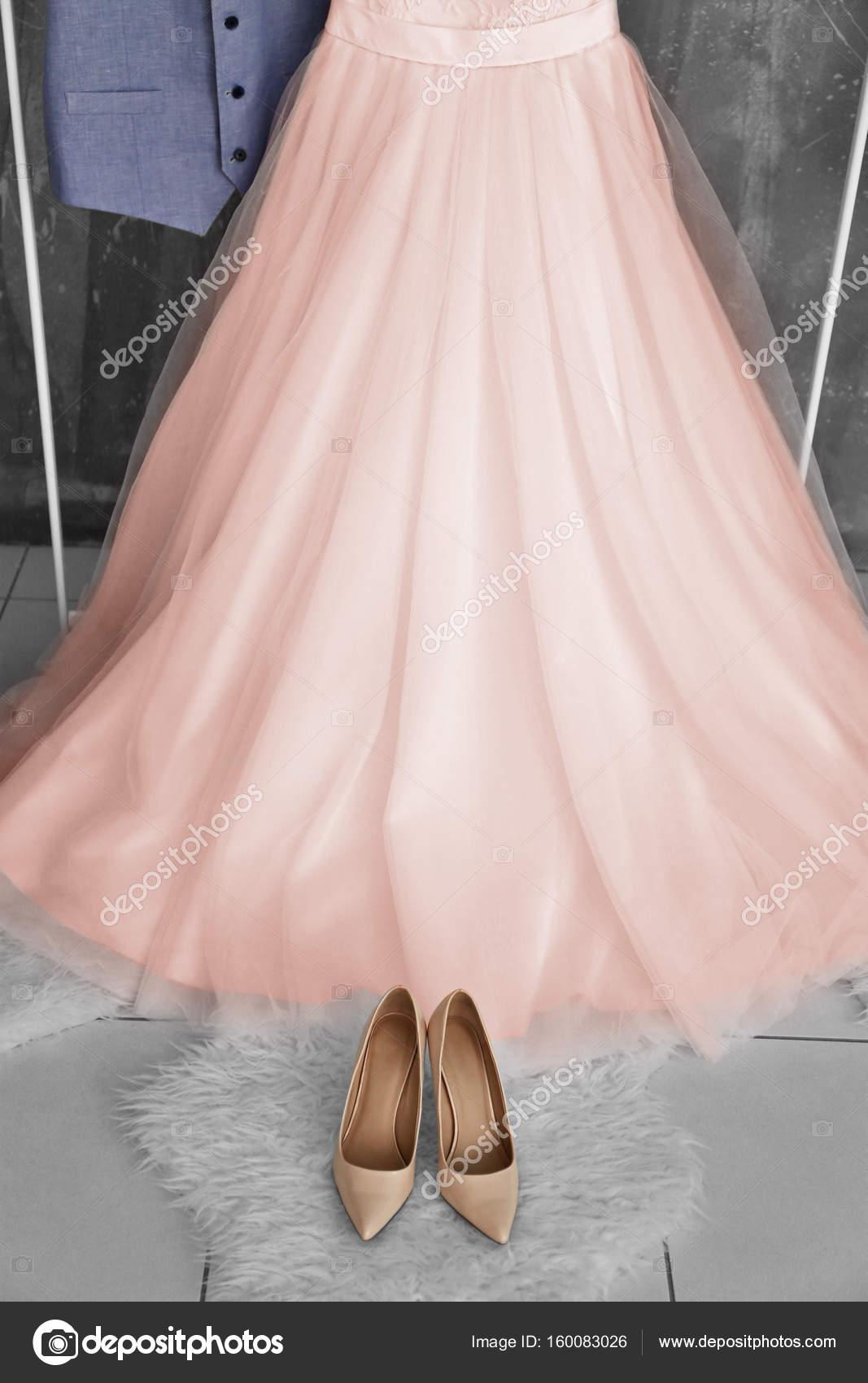 Vestido de Novia de color salmón — Fotos de Stock © belchonock ...