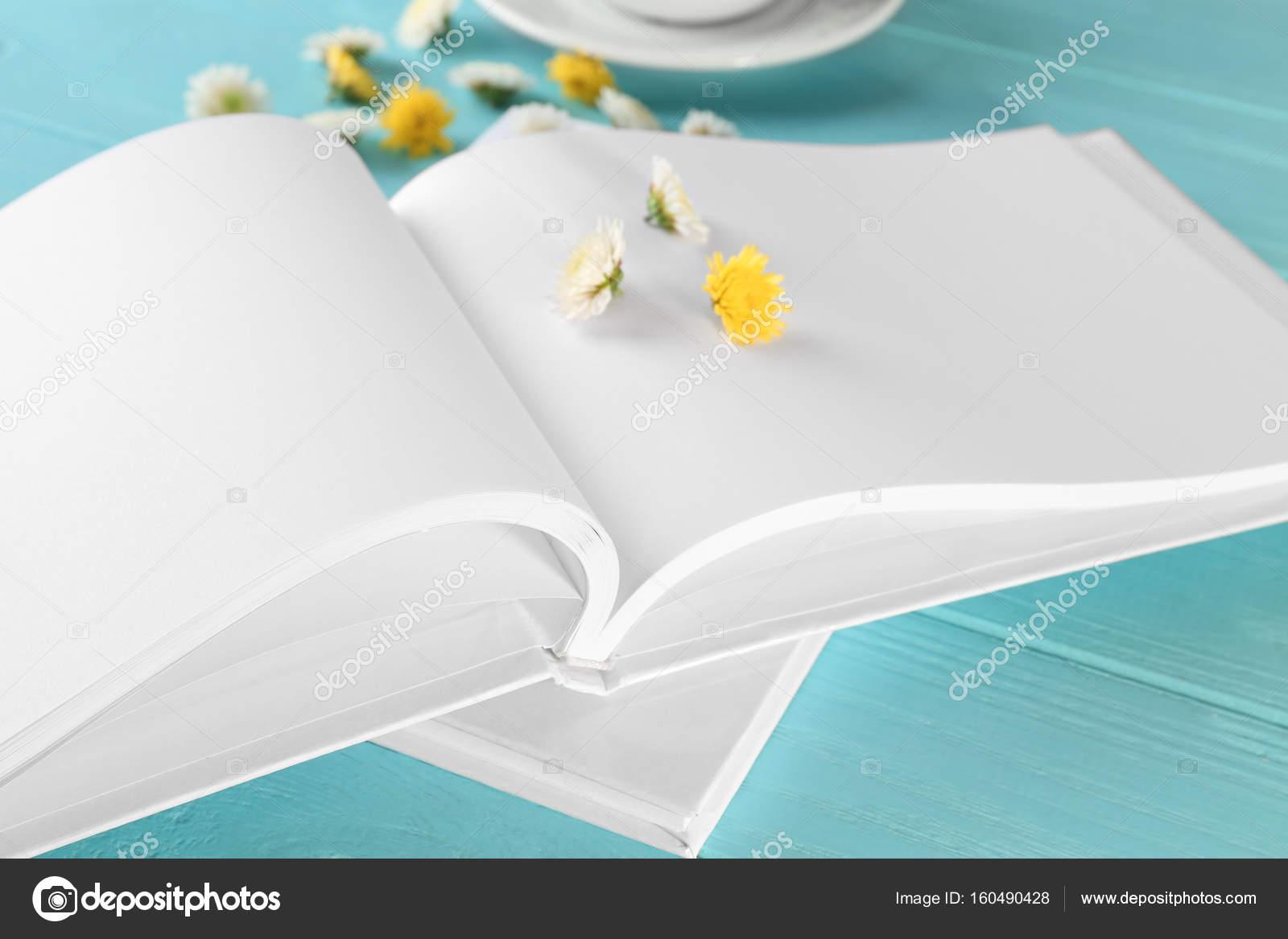 Libro abierto con páginas en blanco y flores en color madera de ...